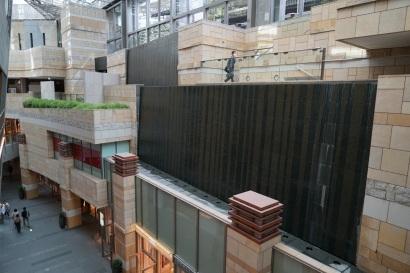 Mur d'eau, terrasses en gradins, rue commerçante reconstituée sous une verrière, c'est pourtant bien un centre commercial.