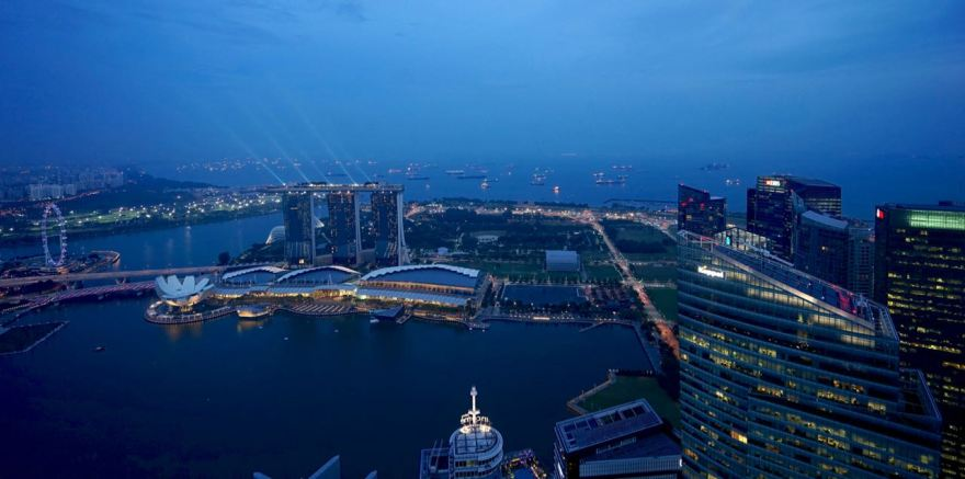 L'hôtel Marina Bay Sands, le musée des sciences en forme de fleur de lotus, et sur la gauche, la grande roue de Singapour (165 mètres !)