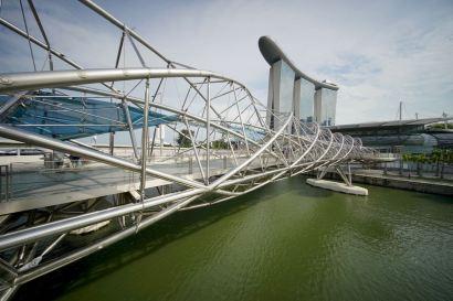 Helix bridge, et au second plan, l'hôtel Marina Bay Sands